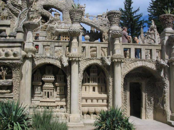 Idealny pałac wybudowany przez listonosza 12