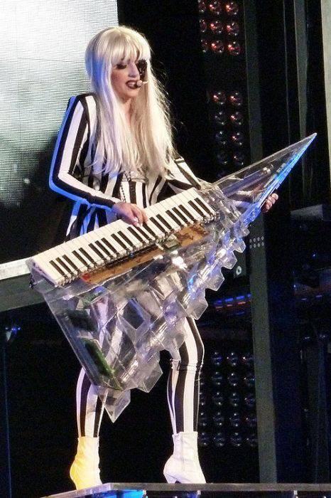 Lady Gaga i jej dziwne stroje 22