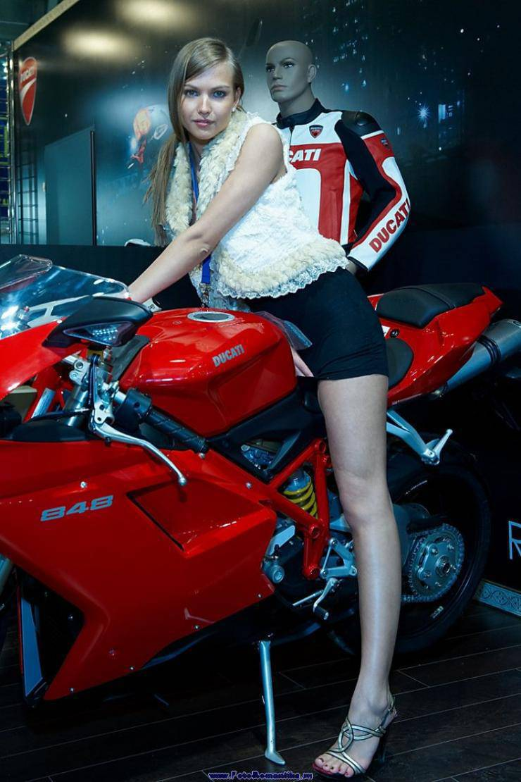 Dziewczyny z pokazów motocyklowych 23