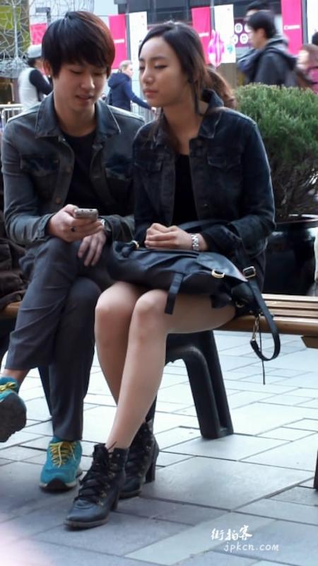 年轻情侣公然在街上亲热拥吻