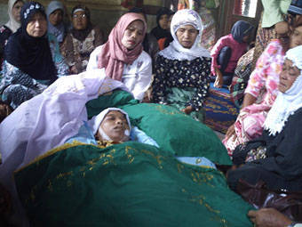 Pihak keluarga menangis saat meratapi jenazah Sarina br Lubis di rumah